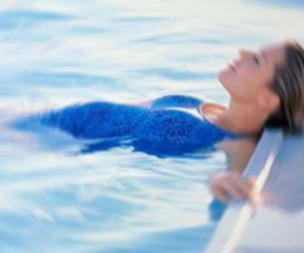 Ir a la piscina te hace adelgazar